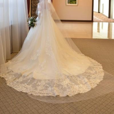 結婚式当日のウェディングドレス後ろ姿