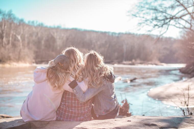 抱き合う女性達