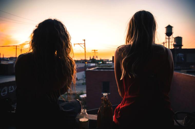夕日を眺める女性2人