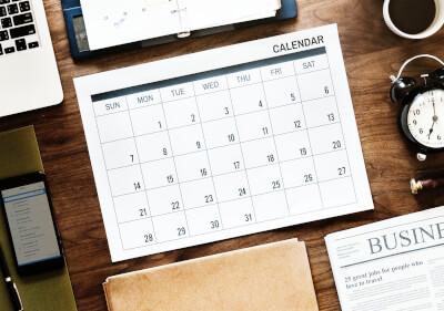 机の上のカレンダー